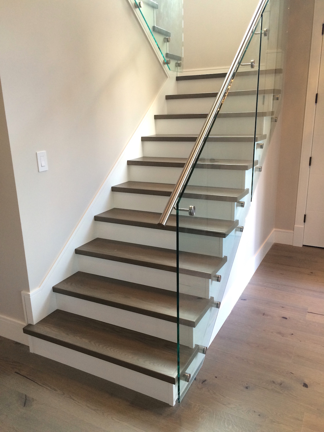 Hardwood isntallation oncurved staircase